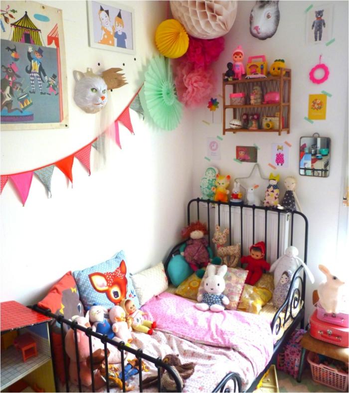 kinderzimmergestaltung weiße wände farbige kinderzimmerdeko kinderbett