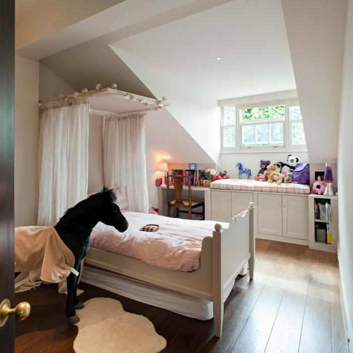 kinderzimmergestaltung weiße wände mädchenzimmer pferd