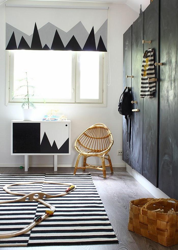 kleiderschrank schwarz kinderzimmer streifenteppich