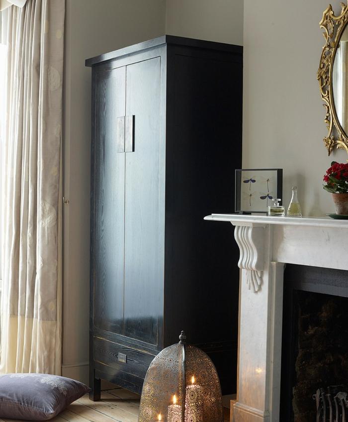 kleiderschrank schwarz wohnideen schlafzimmer kamin kerzen