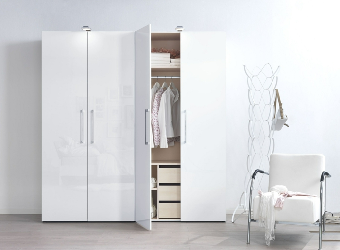 kleiderschrank weiß funktional glänzende frontseite