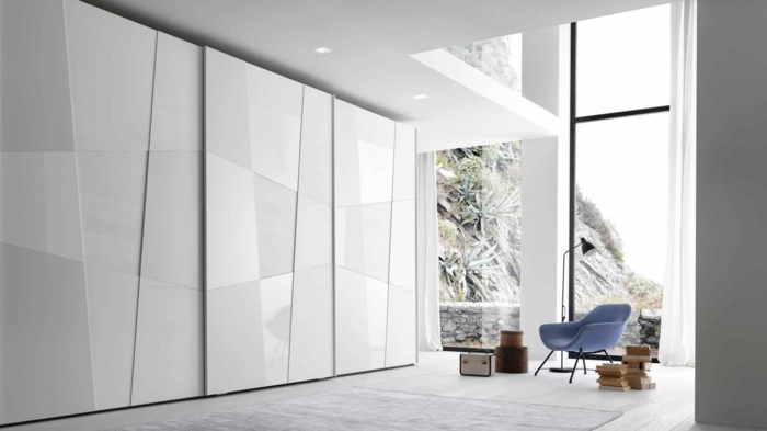 kleiderschrank weiß massiv schlafzimmer panoramafenster blauer sessel