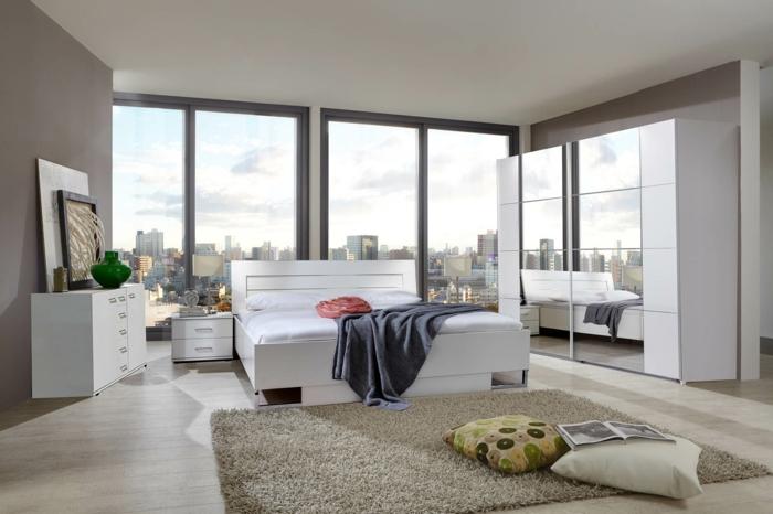 kleiderschrank weiß schlafzimmer spiegel frontseite beiger teppich beige wände