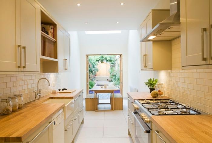 kleine küchen einrichten küchenrückwand fliesen arbeitsoberfläche holztextur