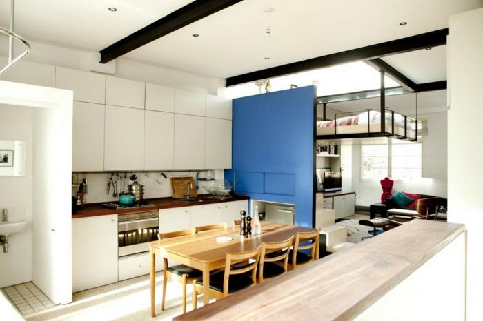 kleine küchen einrichten küchentisch blaue trennwand
