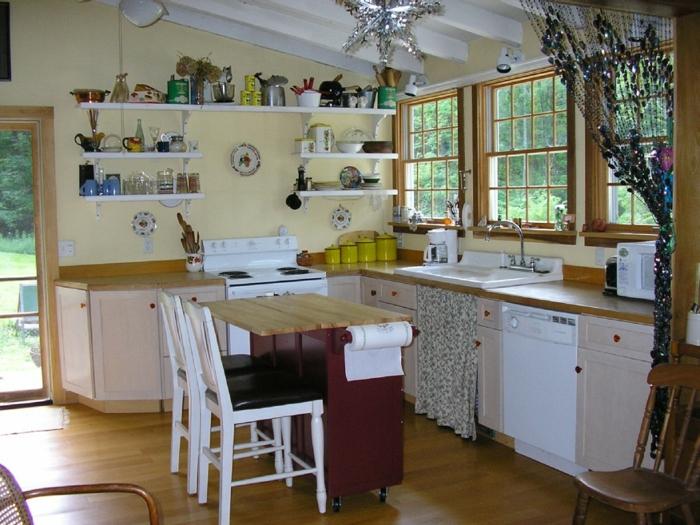 kleine küchen einrichten kleiner küchentisch hellgelbe wandfarbe offene regale