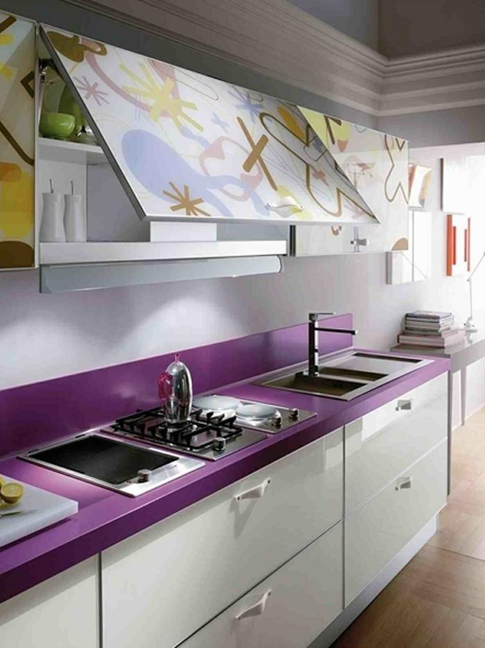 küchendesign kleine küche einrichten lila akzente farbige elemente