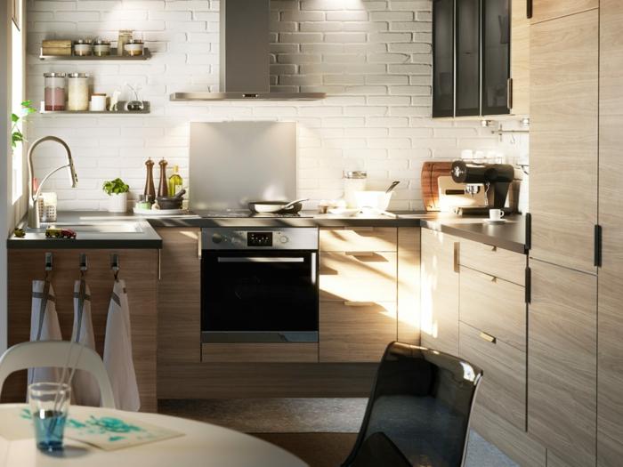 kleine küchen einrichten offene wandregale weiße wandfliesen kleiner essbereich