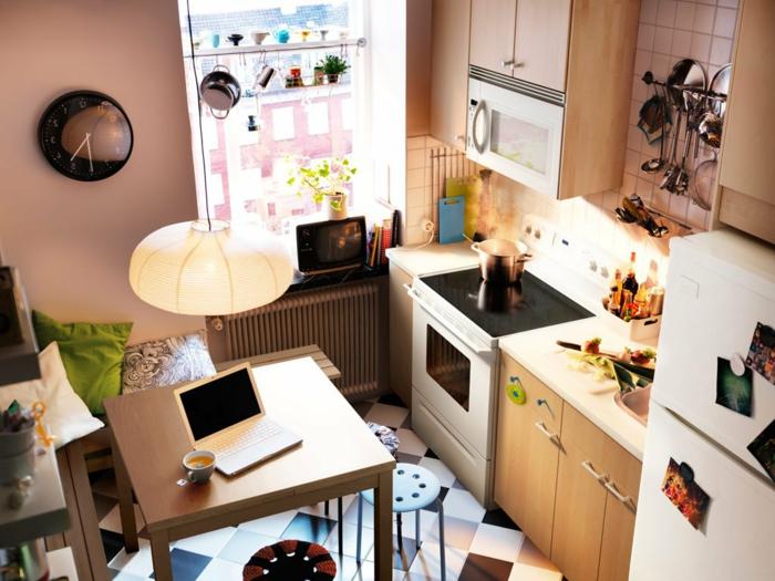 kleine küchen einrichten pendelleuchte kleiner esstisch wanduhr boden weiß schwarz