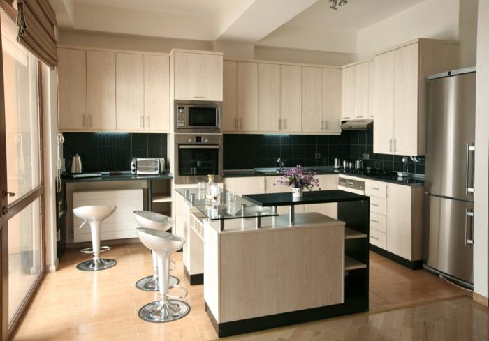 kleine küchen einrichten schwarze wandfliesen kücheninsel barhocker helle einrichtung