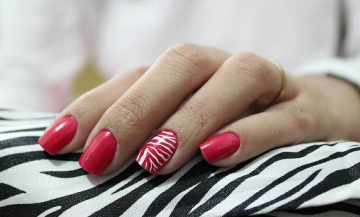 nageldesign rot weiße streifen zebra