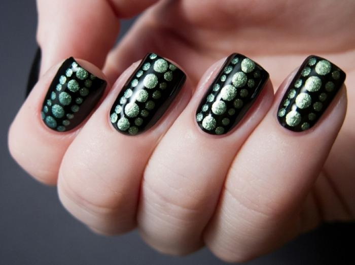 nageldesign schwarz grüne punkte elegant