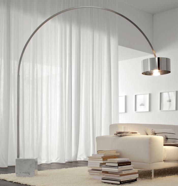 raumgestaltung möbelkauf bogenlampe stahl silberglanz ledersofa weiß hochflorteppich