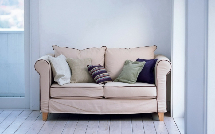raumgestaltung möbelkauf couch sofa kissen probeliegen