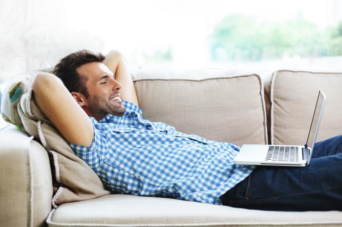 raumgestaltung möbelkauf couch mann sofa entspannen laptop