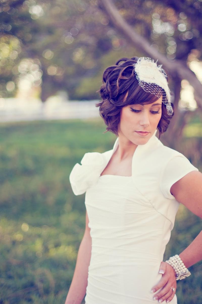 romantischer Haarschmuck Braut Hochzeitsfrisuren kurze Haare