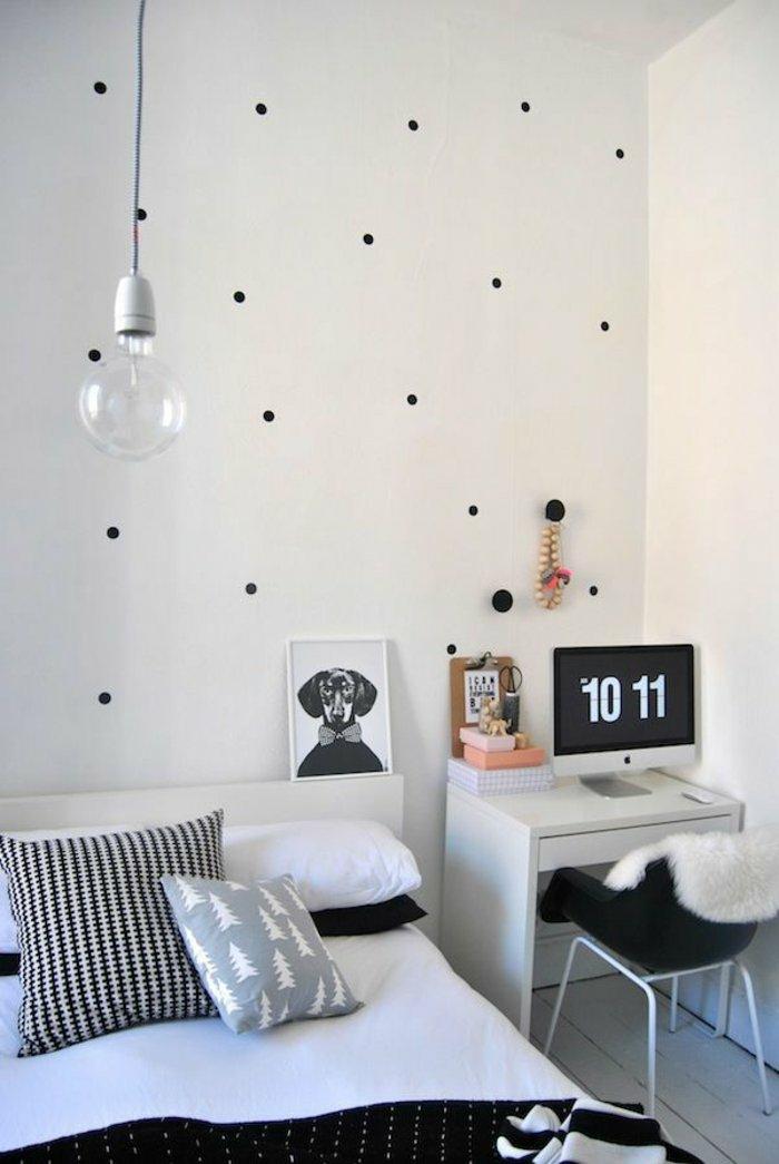 schlafzimmergestaltung gepunktete wand tagesdecke minimalistisch pendelleuchte glühbirne