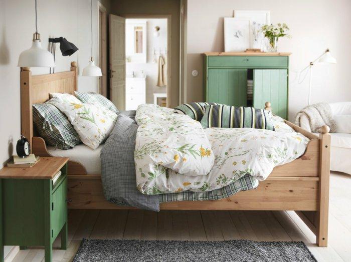 schlafzimmergestaltung hängeleuchten holzbett grüne möbel