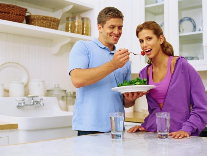 schnellund gesund abnehmen gesund kochen essen zusammen salate wasser trinken