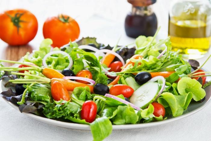 schnell und gesund abnehmen gesundes essen frische tomaten gurken blattsalat zwiebeln oliven olivenöl
