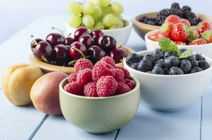 schnell und gesund abnehmen gesundes essen frisches obst tfrüchte himbeeren blaubeeren kirsche trauben pfirsiche