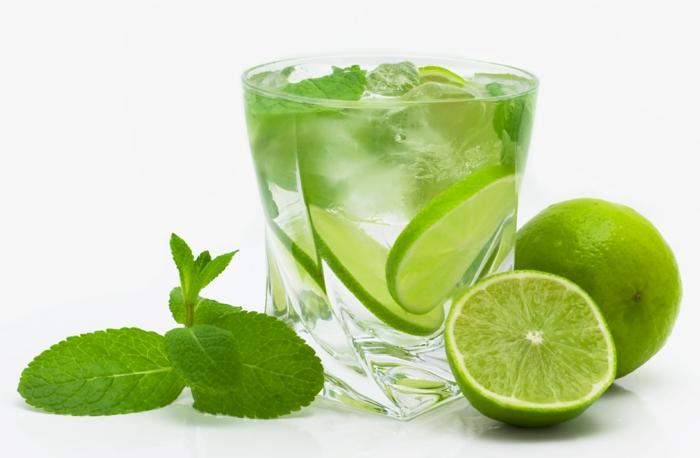 schnell und gesund abnehmen gesundes trinken limette wasser minze