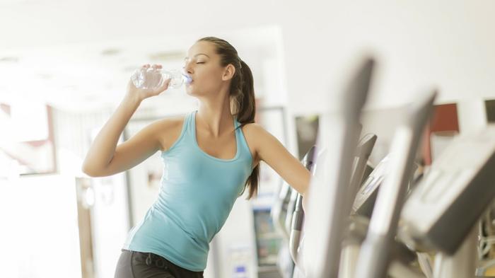 schnell und gesund abnehmen sport treiben wasser trinken