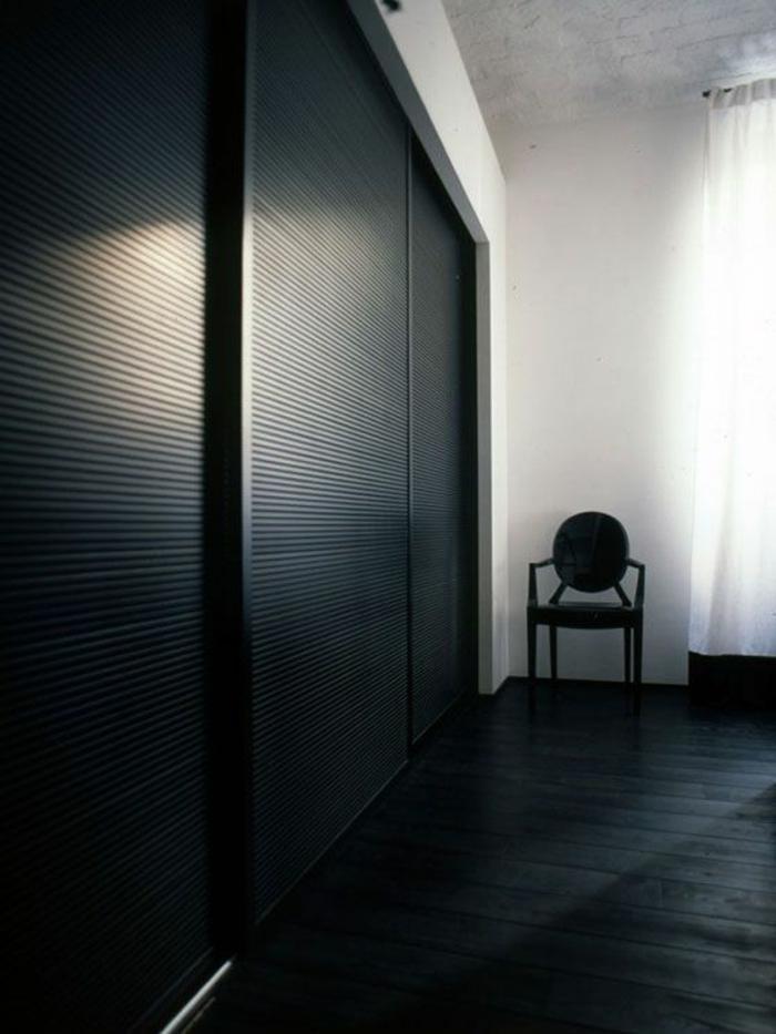 schwarzer kleiderschrank schiebetüren wohnideen schlafzimmer dunkler boden weiße wände