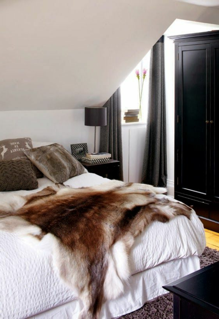 schwarzer kleiderschrank wohnideen schlafzimmer dachschräge fensterbgank deko