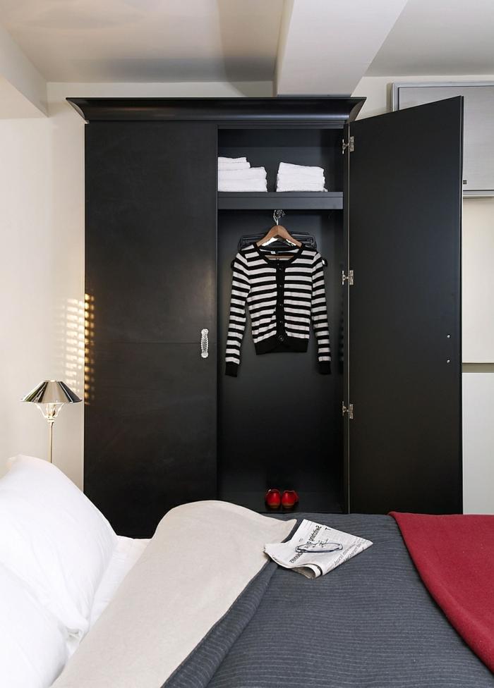 schwarzer kleiderschrank wohnideen schlafzimmer helle wände