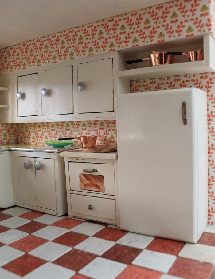 tapete muster küche wandgestaltung helle kücheneinrichtung farbiger boden