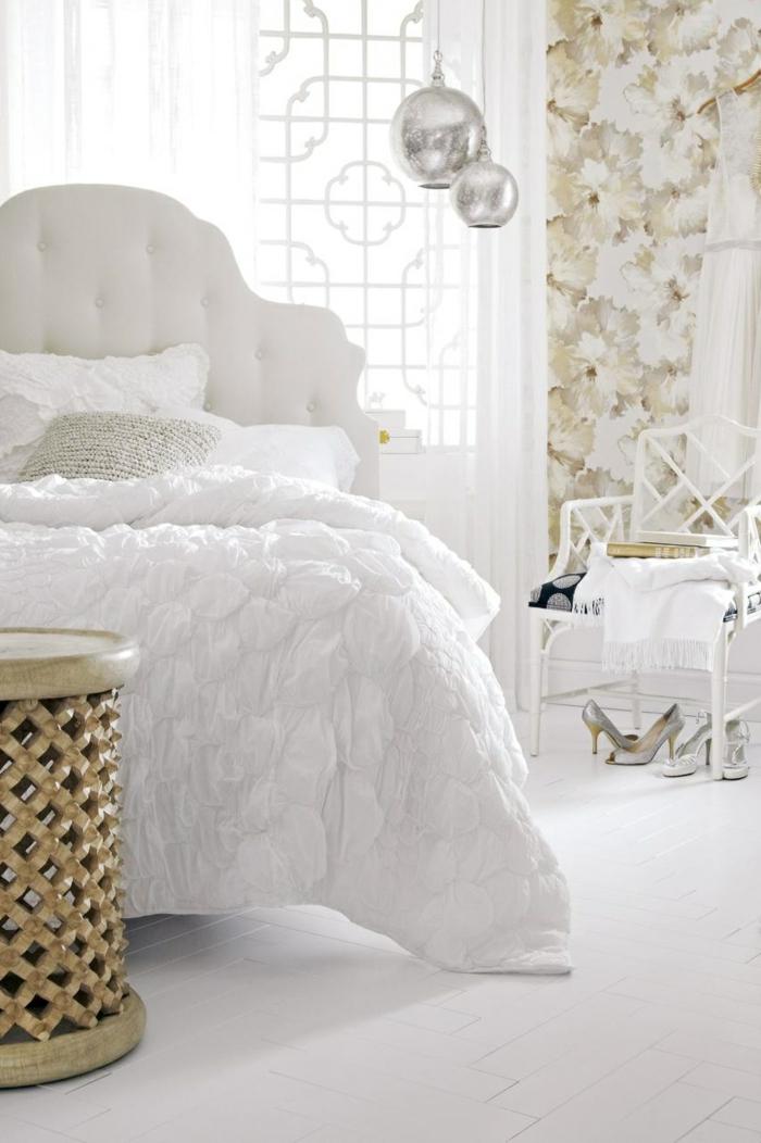 tapete muster schlafzimmer wandgestaltung florales muster weiße bettwäsche