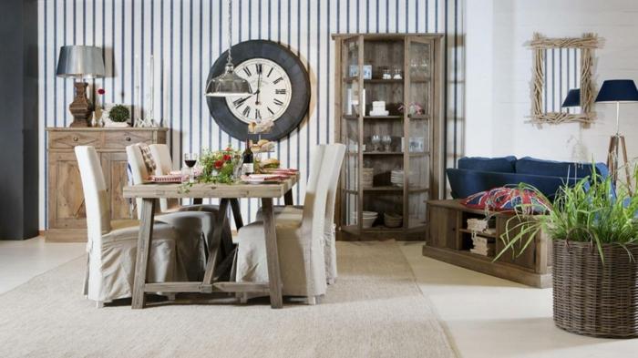 tapetenmuster esszimmer rustikaler esstisch pflanze wandspiegel teppich streifentapete