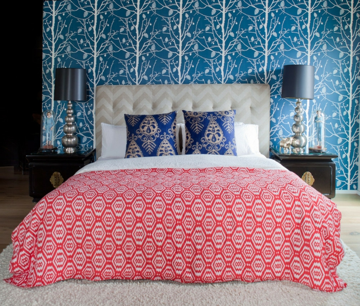 tapetenmuster schlafzimmer tapete waldmuster weißer teppich