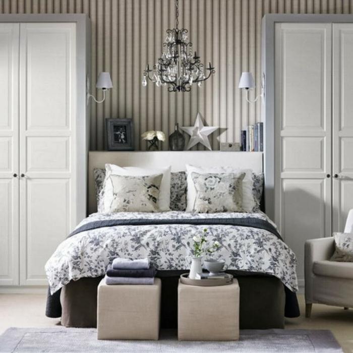tapetenmuster streifentapete schlafzimmer hocker bettwäsche floral