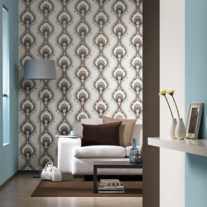 tapetenmuster wohnzimmer elegante wandtapete brauner teppich weißes sofa hellblaue wände