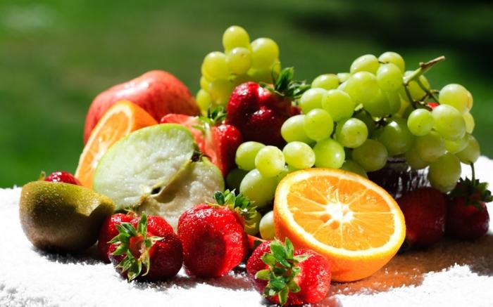 trennkost ernährung gesund frisches obst früchte erdbeeren orange trauben apfel