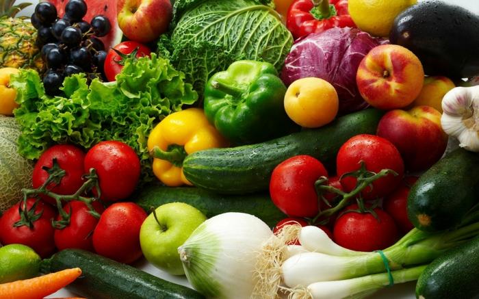 trennkost ernährung gesund frisches obst gemüse tomaten gurnken zwiebeln zucchini trauben pfirsiche