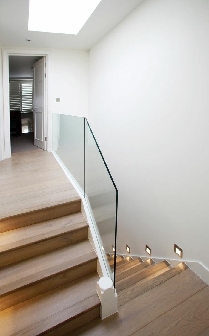 treppengeländer glas hölzerne treppenstufen treppenhaus beleuchten