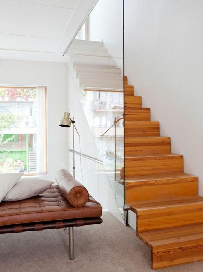 treppengeländer glas hölzerne treppenstufen wohnideen ledersofa