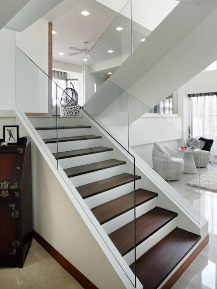 treppengeländer glas massives treppenhaus wohnzimmer weiße wände