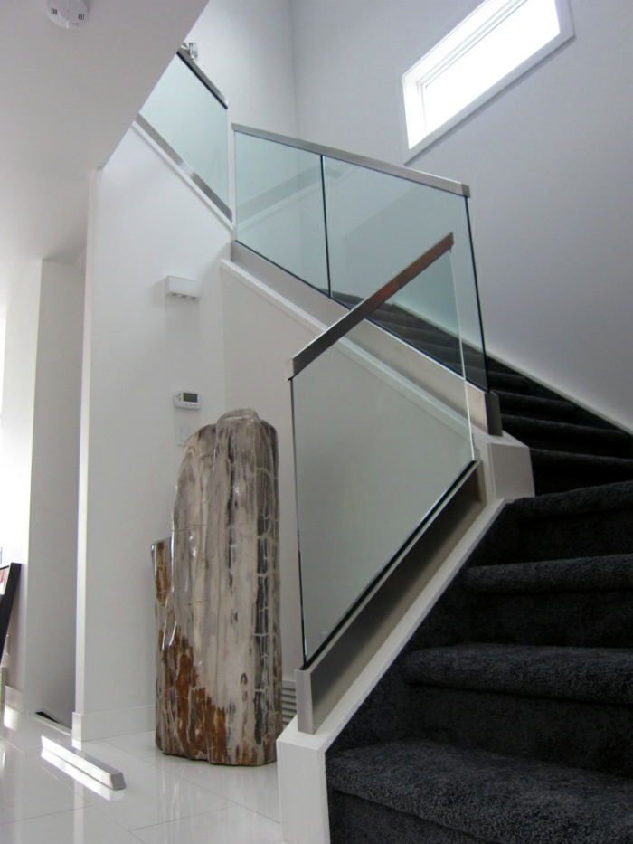 treppengeländer glas teppichläufer treppe dunkelgrau