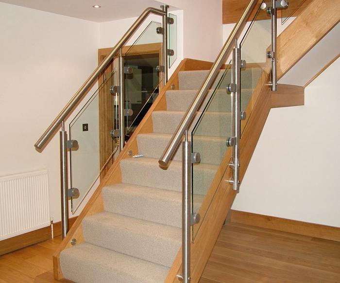 treppengeländer glas teppichläufer treppen innenarchitektur wohnideen