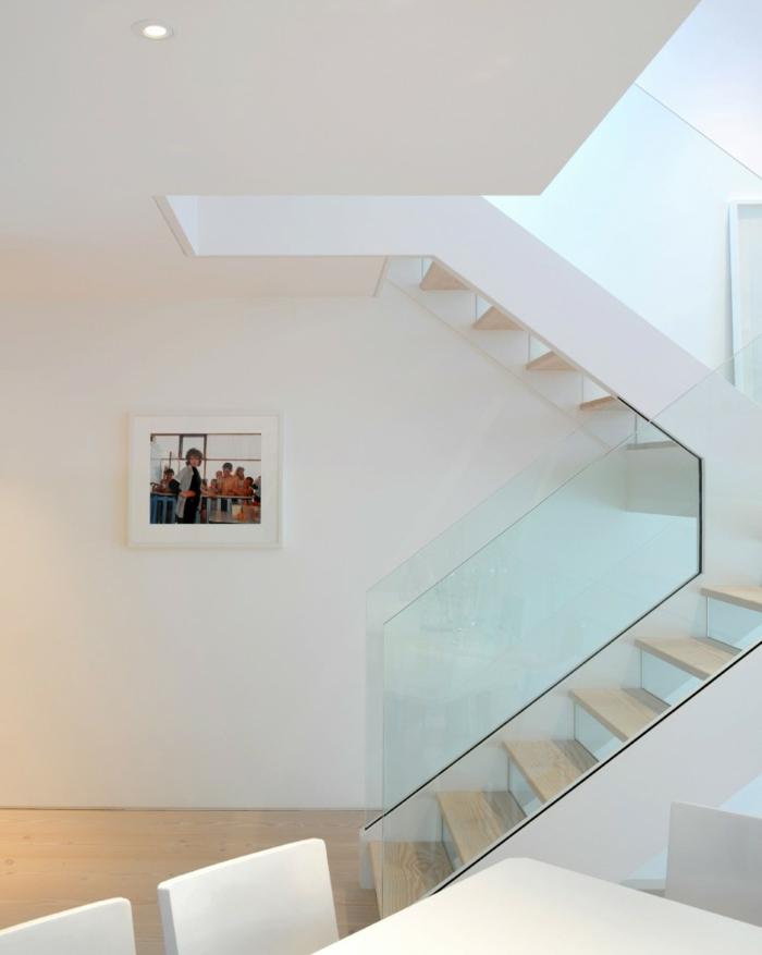 treppenhaus gestalten gläsernes geländer hölzerne treppenstufen