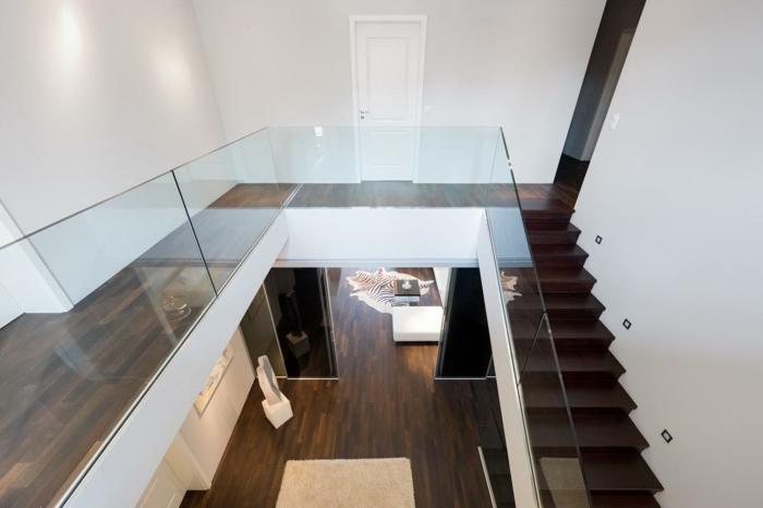 treppenhaus gestalten gläsernes geländer moderne inenarchitektur fellteppich