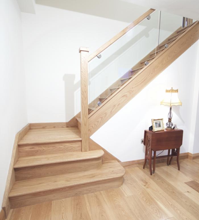 treppenhaus gestalten gläsernes treppengeländer hölzerne treppenstufen