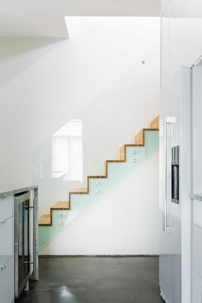 treppenhaus gestalten gläsernes treppengeländer treppenstufen holz