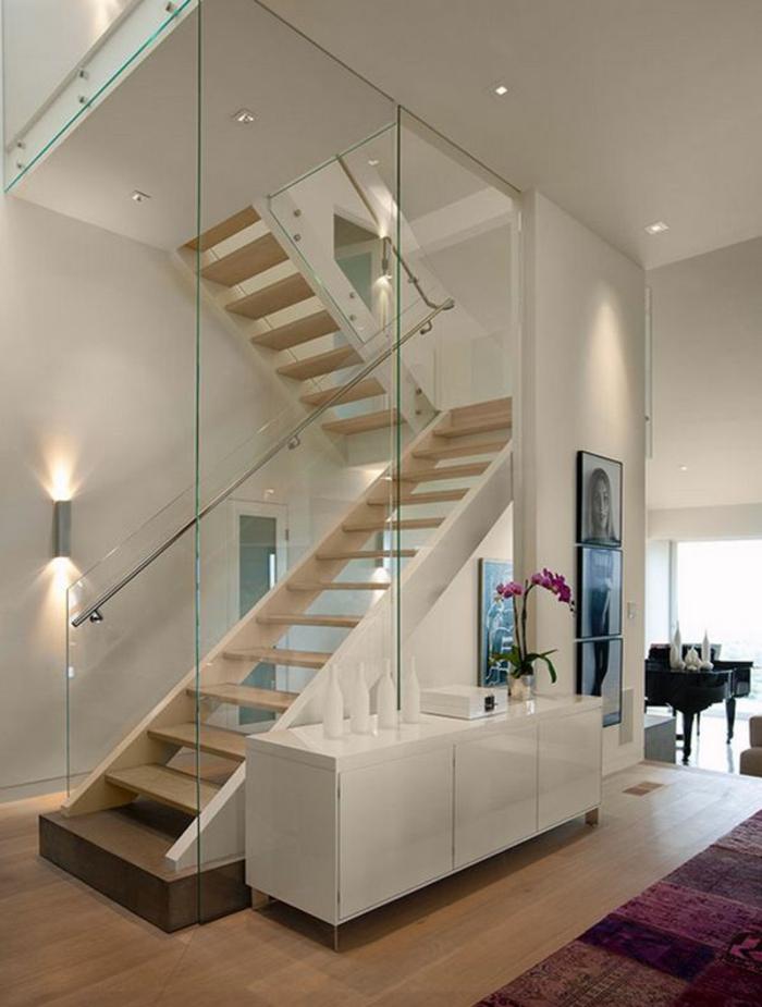 treppenhaus gestalten gläsernes treppengeländer holztreppenstufen wohnideen flur