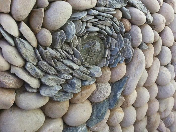trockenmauer natursteine mauerwerk mauerer runde steine verlegen glaskugel