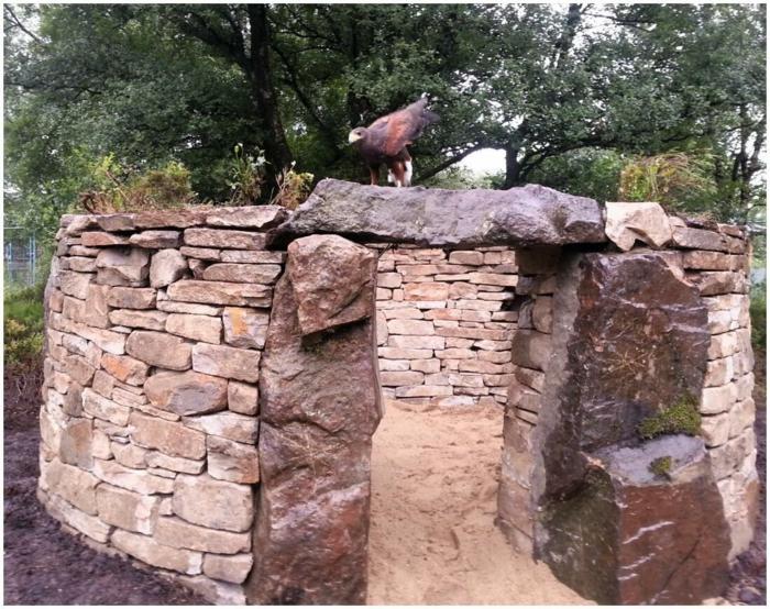 trockenmauer natursteine mauerwerk mauerer rundes haus steinblöcke
